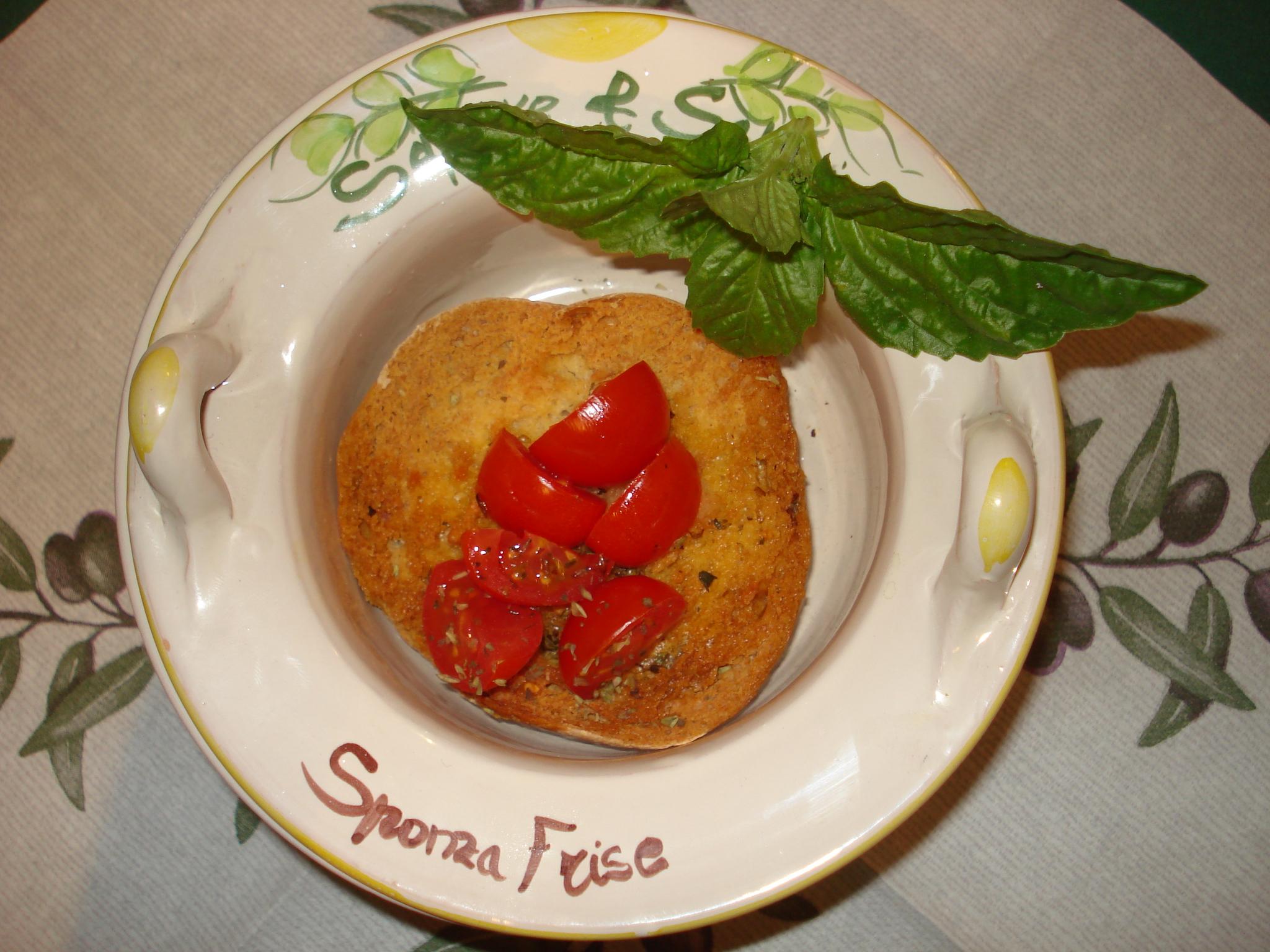 La frisa con olio, pomodoro, origano e basilico