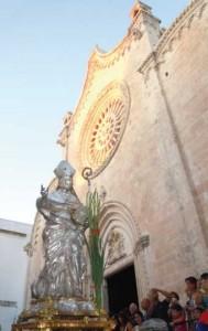 La Statua d'argento di Sant'Oronzo mentre esce dalla Cattedrale di Ostuni